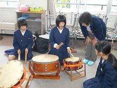 和太鼓を演奏しています