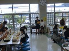 ランチタイムに広報委員会がランチルームの前に立ち全校生の前で給食の放送をしています。