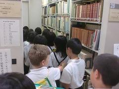図書館の中を見学中