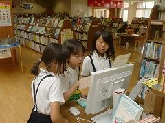 コンピュータを使って本の場所を検索しています。