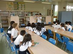 学校図書館支援員さんにおすすめの本の紹介を聞いています