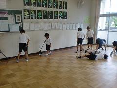 大掃除で教室を掃除しています