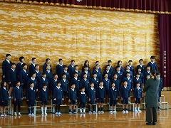 朝会で全校生の前で歌を披露