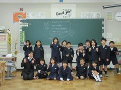 教室でみんなで写真を撮りました