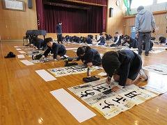 画仙紙に一生懸命字を書いています