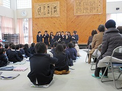 全校生、地域のお年寄りの前で演奏がんばりました