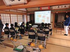 丹波篠山市にある工場を見学し、お話を聞いています