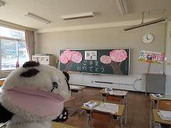 6年生教室の掲示 桜の木が黒板に貼ってあります