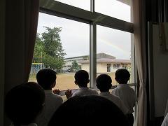 幼稚園の後ろに虹を発見!