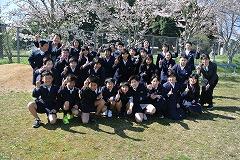 桜の前で「ONE」ポーズ!